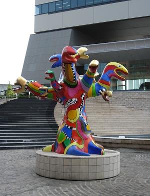 大樓前的藝術雕像