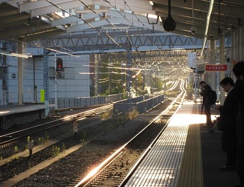 下午陽光灑在鐵軌上,很溫暖