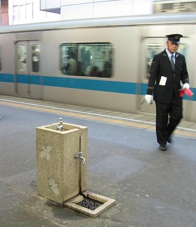 月台上有飲水機和洗手台?