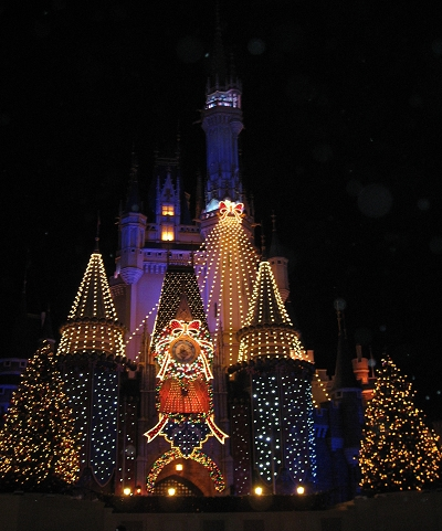 城堡夜晚的聖誕燈亮了!
