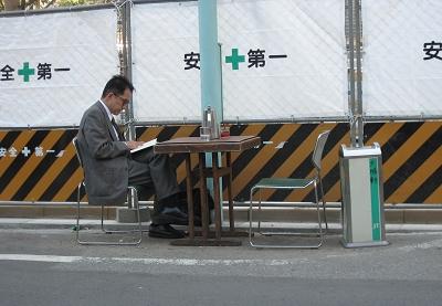 哈哈,超人氣的店,要坐在馬路對街邊邊吃