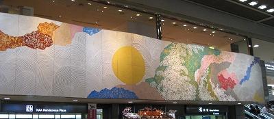 成田機場第二航廈的大橫幅