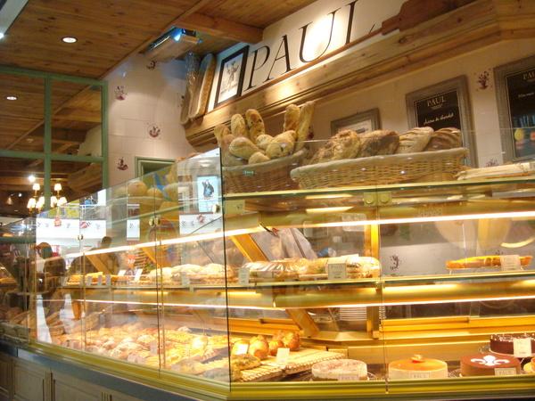 展示櫃裡令人口水直流的各種麵包