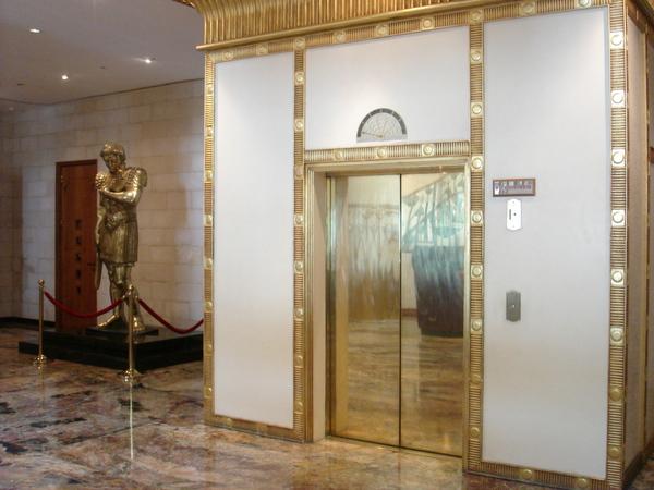 連電梯也要金閃閃