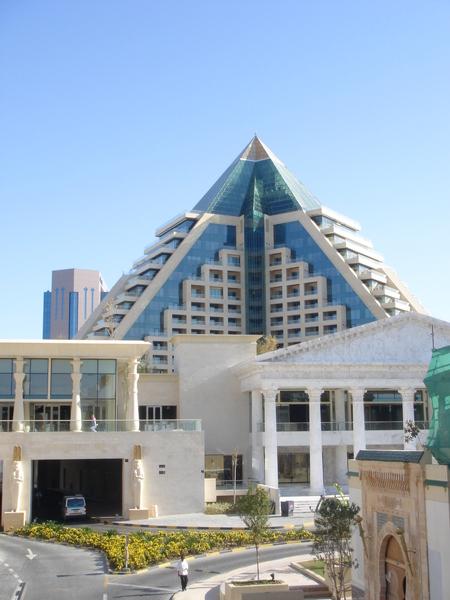 旁邊的大樓造型,也配合蓋成金字塔