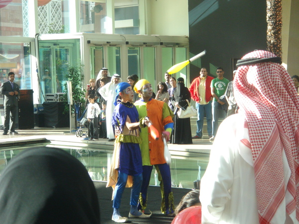 Dubai Festival City 中庭正在表演的雜耍藝人