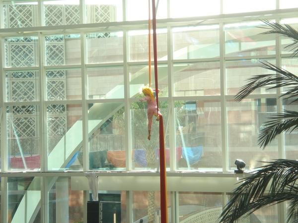 Dubai Festival City 中庭的表演者(近照)