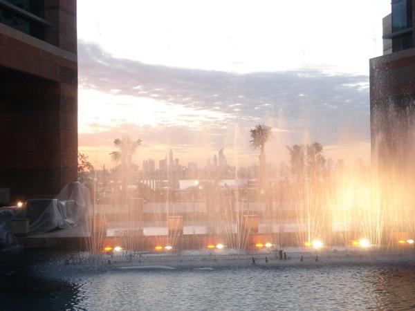 映著夕陽的噴水池