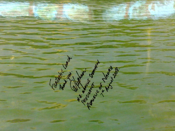 「老舅的家鄉味」牆上諾魯總統的簽名