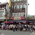 滿滿是人的三星卜肉店及蔥油餅