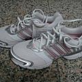 addidas慢跑鞋