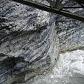 黑白灰三色交錯的岩石