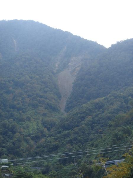 從東埔吊橋看八通關古道的土石流