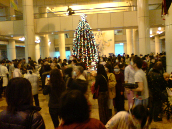 大廳擠滿了人潮