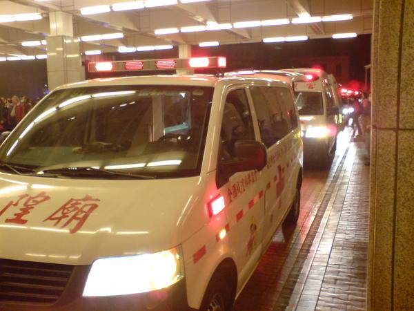 排成長列的救護車