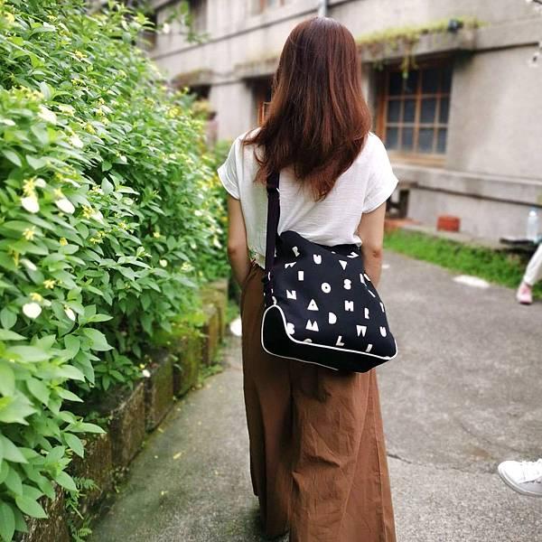 大容量肩背後背兩用包穿搭示範(4)