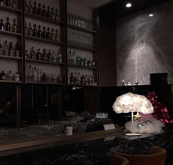六福萬怡7樓酒吧雲朵燈佈置_200303_0001.jpg