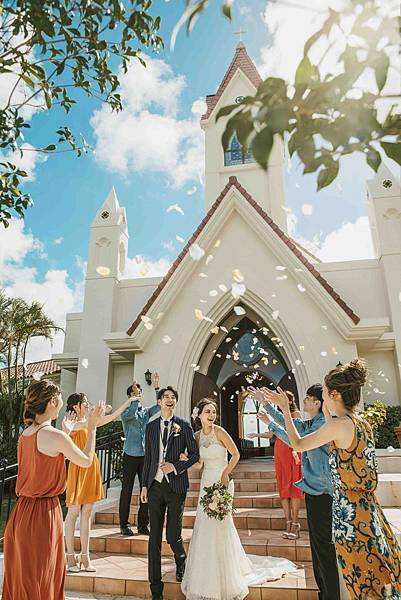 教堂前灑花慶祝.jpg
