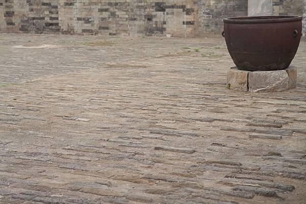 古代地板+右上角的水缸.JPG