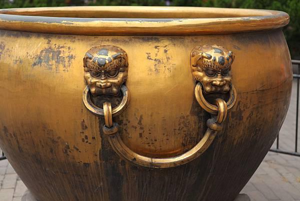 鍍金的水缸.JPG