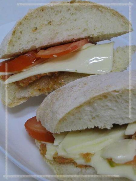法國麵包夾番茄起司.jpg