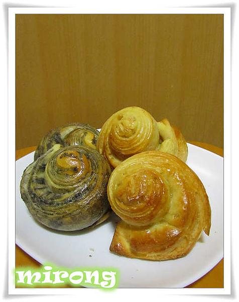 多層次芝麻花生麵包.jpg