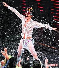 郭富城演唱會的濕身秀,胯下底褲露出巨鵰形.jpg