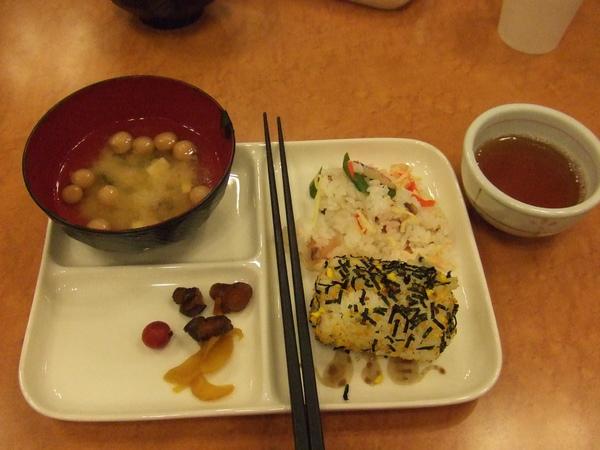 包海苔的飯團超好吃.JPG