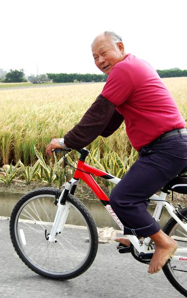 壯健阿伯騎腳踏車