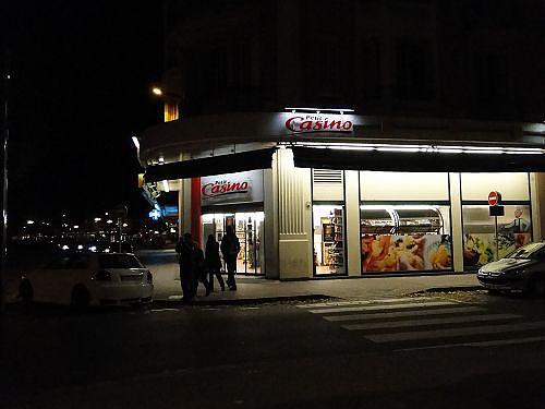 晚上飯店對面超市.jpg