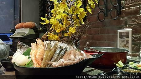 台北大安區東區火鍋推薦○慕食極品和牛活海鮮平價鍋物○現撈好吃食材海鮮肉質新鮮度超好鑄鐵鍋整個氣氛不一樣棒棒der
