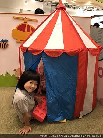 奧斯丁夢想樂園-推薦台北市親子遊樂地點 兒童遊樂天地 台北親子樂園 搭乘機甲戰士 奧斯丁小火車 媽媽爸爸有咖啡休息區免費wifi充電站
