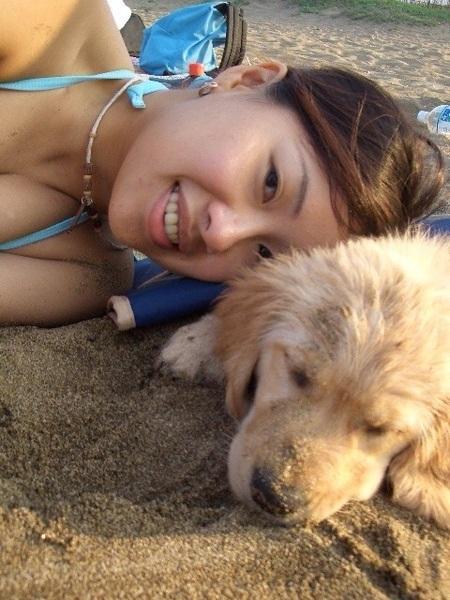 埋在沙子裡涼啊真好睡...