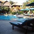 Ramayana Resort 的游泳池畔