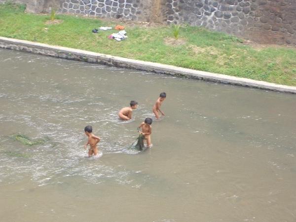 河水超髒的...光溜溜的小孩子還是玩得很開心咧......