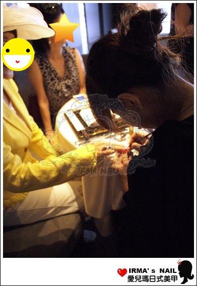 開始幫貴婦們進行今天與珠寶搭配的指甲彩繪服務