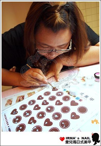 姵耘努力學習粉雕,為了日後要上進階粉雕課,紮實的打底功夫是必要的
