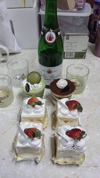 甜品加香檳。