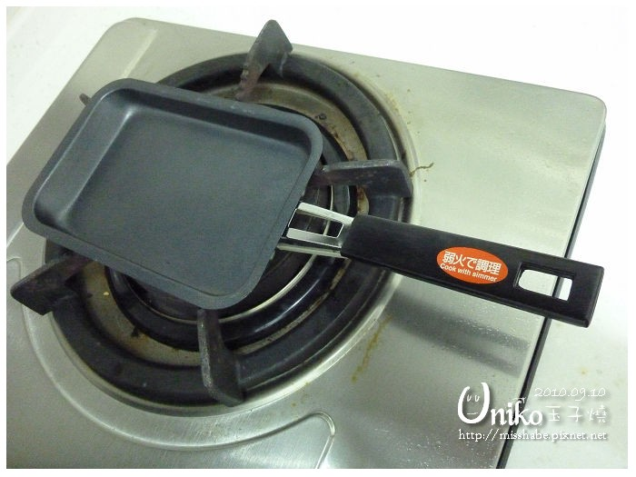 然後倒入油,用餐巾紙擦一下鍋子(等一下還會用到),讓鍋子平均散布油