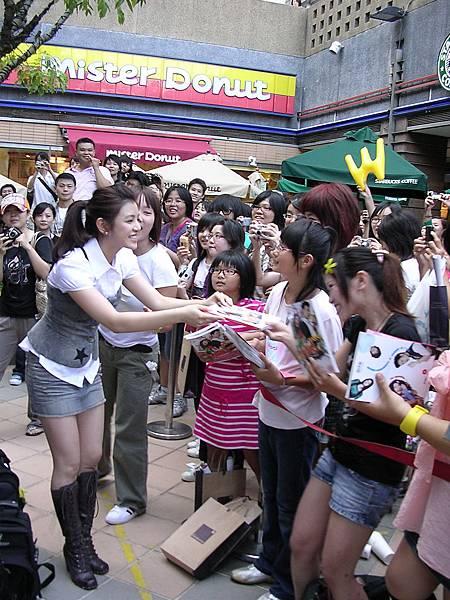 妍希差點把粉絲的書帶走(糗)
