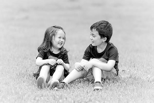 兄妹-外拍-草地-黑白