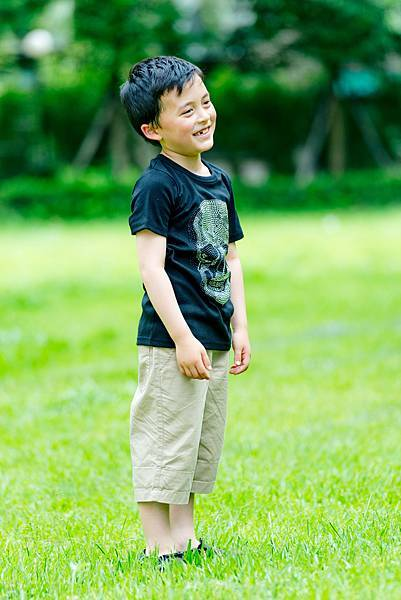 5歲男童-外拍-草地-玩