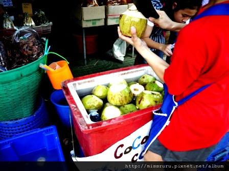 臥佛寺-前往8號碼頭旁的椰子水小販20B