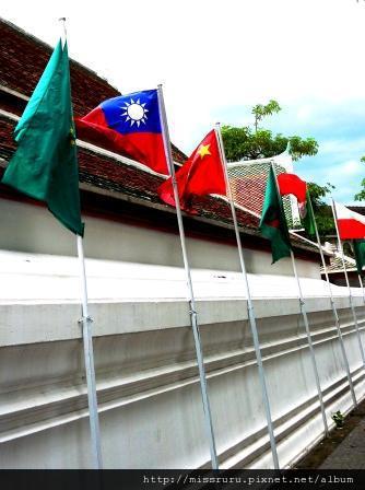 臥佛寺-寺外的國旗