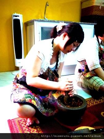 學泰國料理-第五道-紅咖哩paste-只是遞來輪流搗兩下