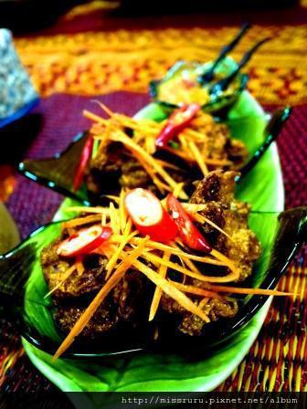 學泰國料理-第四道炸魚餅-工作人員炸好拿來