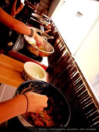 學泰國料理-第四道炸魚餅-只是捏了一個魚餅放入冷油中