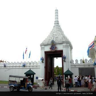 再次前往大皇宮-原來前天經過有很多人跟衛兵照相的地方是入口