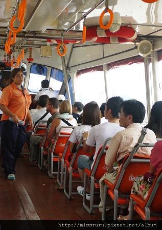 再次前往大皇宮-橘旗船上拿著很像錢筒發出摳摳摳聲音的大姊會來收錢