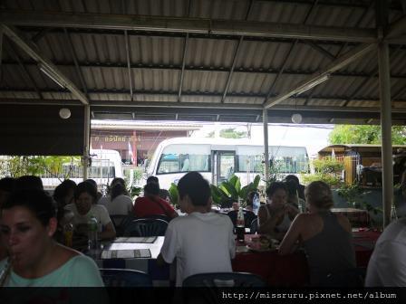 Ayutthaya-大熱天在鐵皮屋下吃飯
